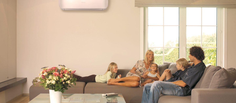 Imagen de familia con equipo de pared colocado